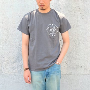 【30% off sale】THE DAY(ザ・デイ) THE DAY(ザ・デイ)/ON THE BEACH Pocket-T -CHARCOAL-